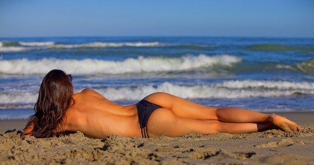 Chica delgada en la playa